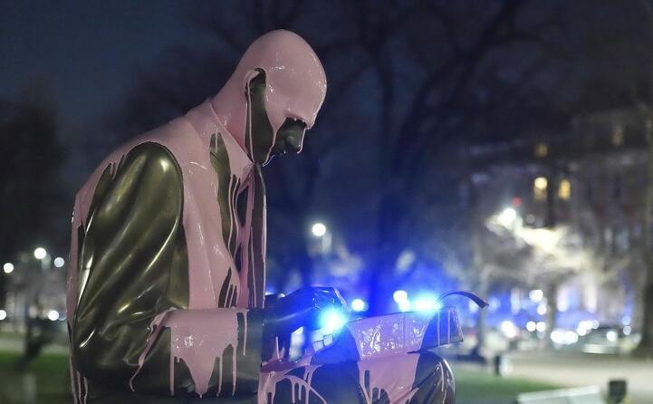statua che stata imbrattata l 8 marzo durante il corteo per la festa della donna