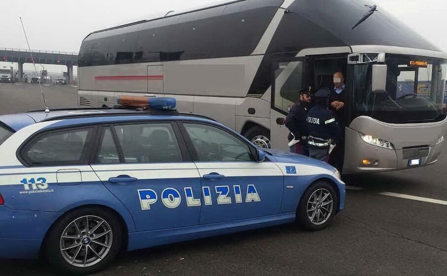 un controllo della polstrada (foto polizia stradale)