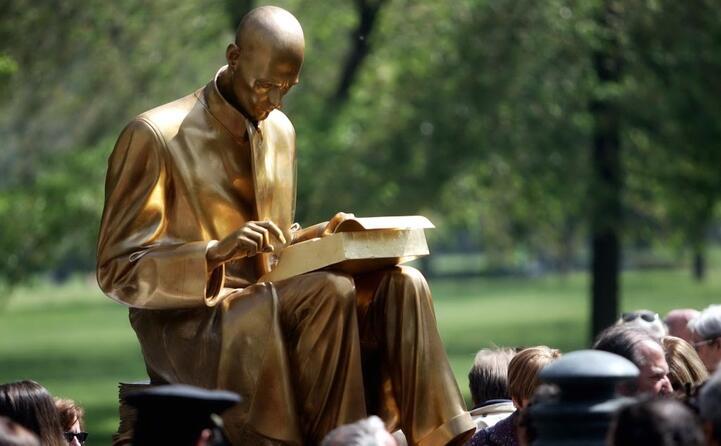 una statua di montanelli nei giardini pubblici di via palestro a lui intitolati a milano