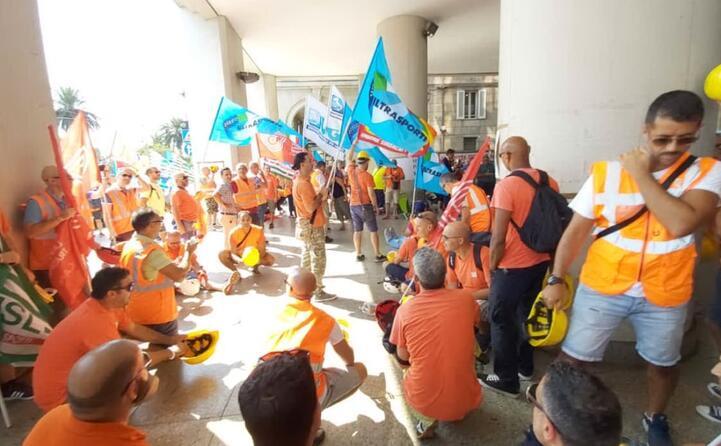 a guidare la manifestazione le principali rappresentanze sindacali