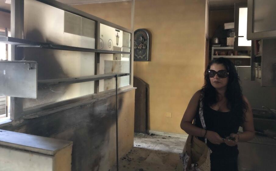 francesca corda all interno della pizzeria devastata dalle fiamme partite da un cortocircuito (foto l unione sarda murgana)
