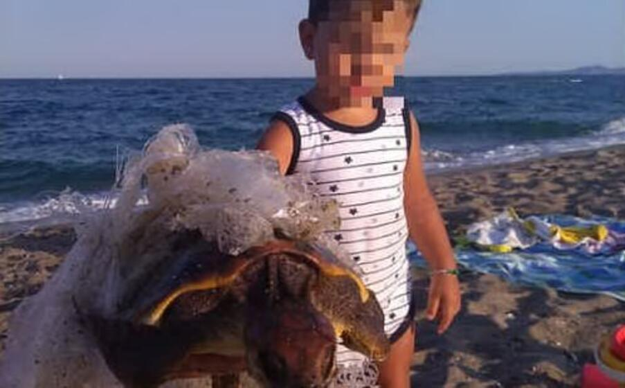 gabriele e la tartaruga (foto corpo forestale)