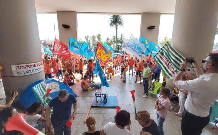 la protesta dei lavoratori (foto inviata da mariano paba)