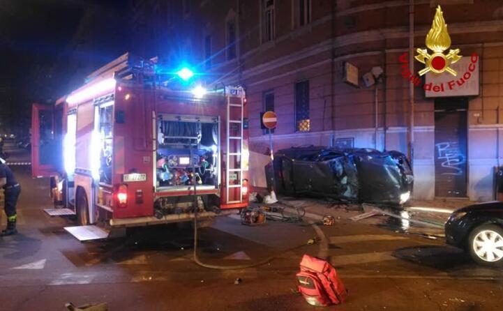 nella notte altri due incidenti mortali a seguito di due inseguimenti con i carabinieri il primo a cagliari in piazza san benedetto