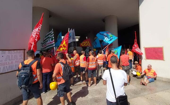 un altra immagine dei lavoratori in protesta