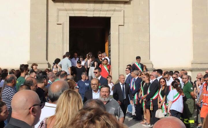 migliaia di persone hanno partecipato al rito funebre