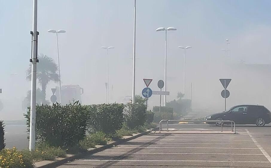 il fumo causato dall incendio alla corte del sole (foto l unione sarda vercelli)