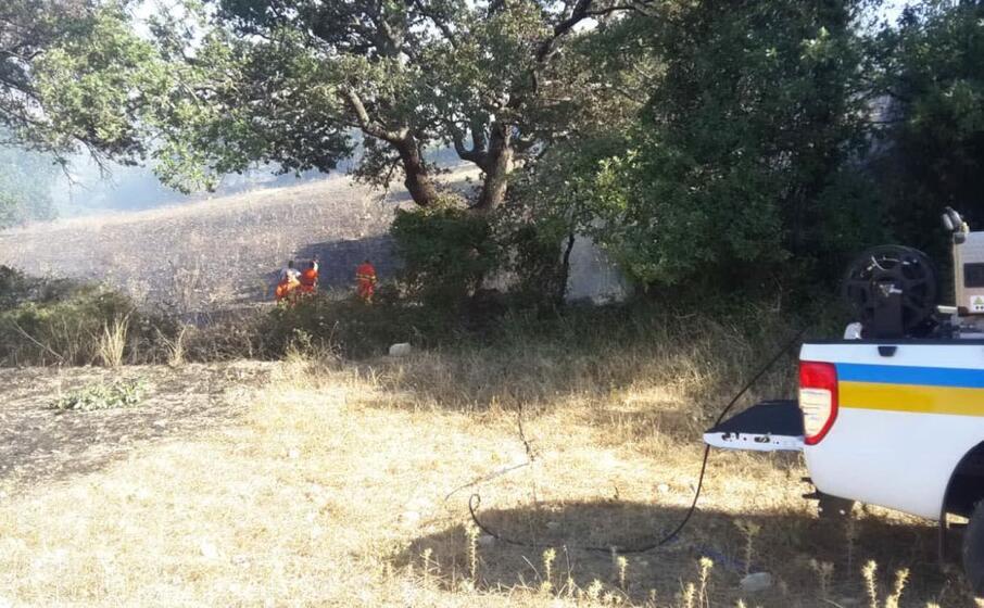 le operazioni di spegnimento dell incendio (foto l unione sarda pintori)