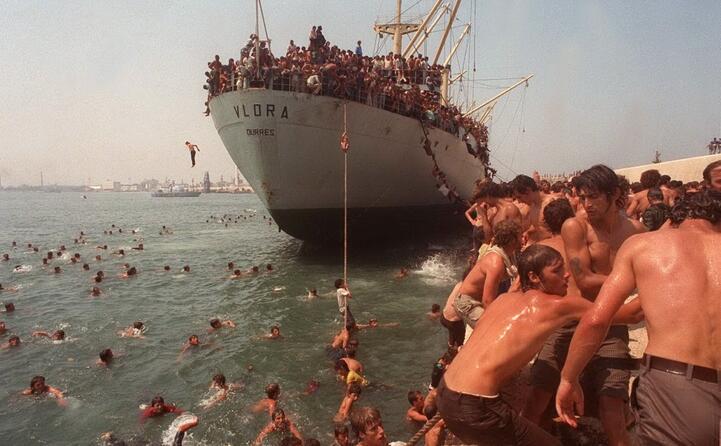 la nave era partita da durazzo dirottata dai migranti in fuga da un albania nel caos dopo la caduta del regime comunista