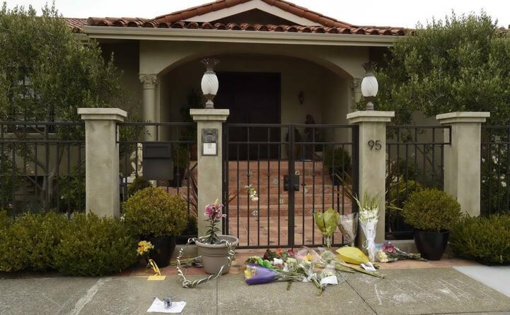 la casa dell attore dove i fani hanno deposto fiori