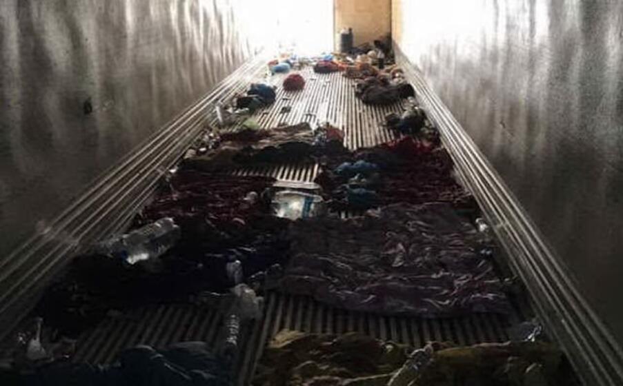 l interno del camion in cui erano ammassati i migranti (foto twitter)