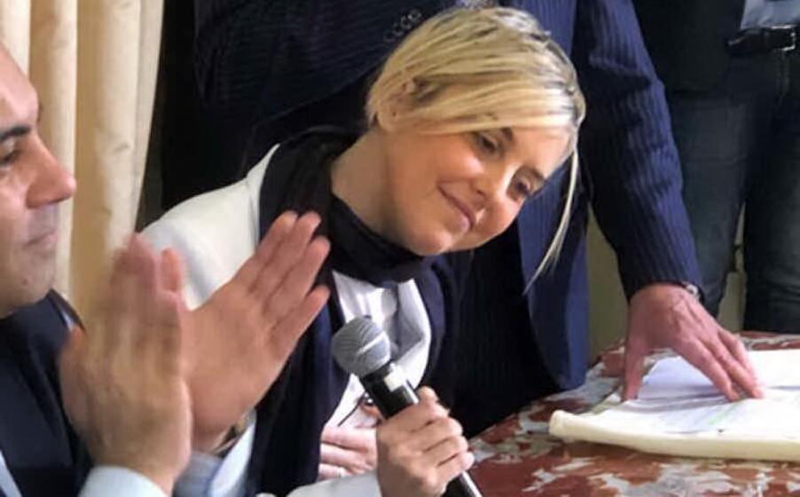 la gioia di nadia durante la consegna della cittadinanza onoraria a taranto (ansa)