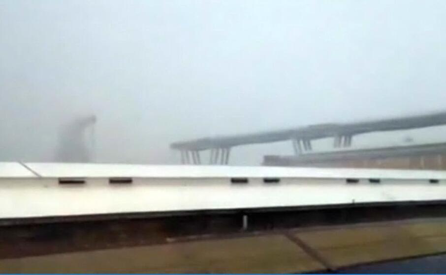 il fermo immagine di uno dei video del crollo (ansa)