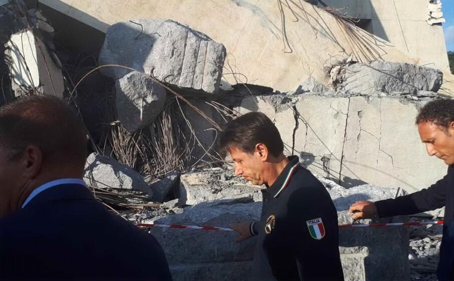 il premier giuseppe conte sul luogo della tragedia (ansa)