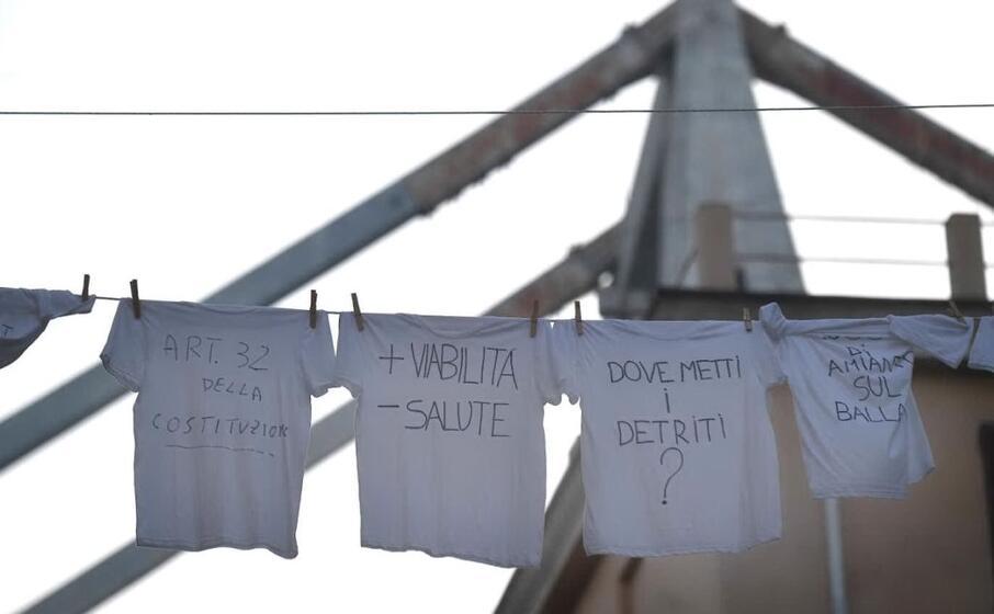 le proteste dei residenti della zona rossa (ansa)