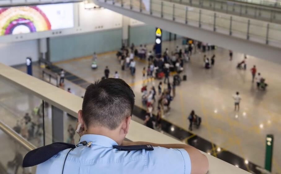 polizia all aeroporto di hong kong (ansa)