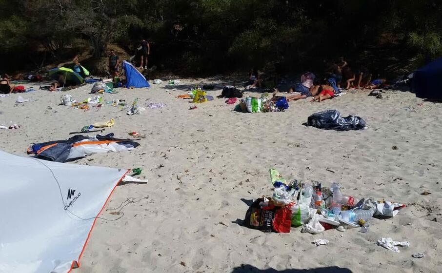 la spiaggia di genn e mari la mattina di ferragosto