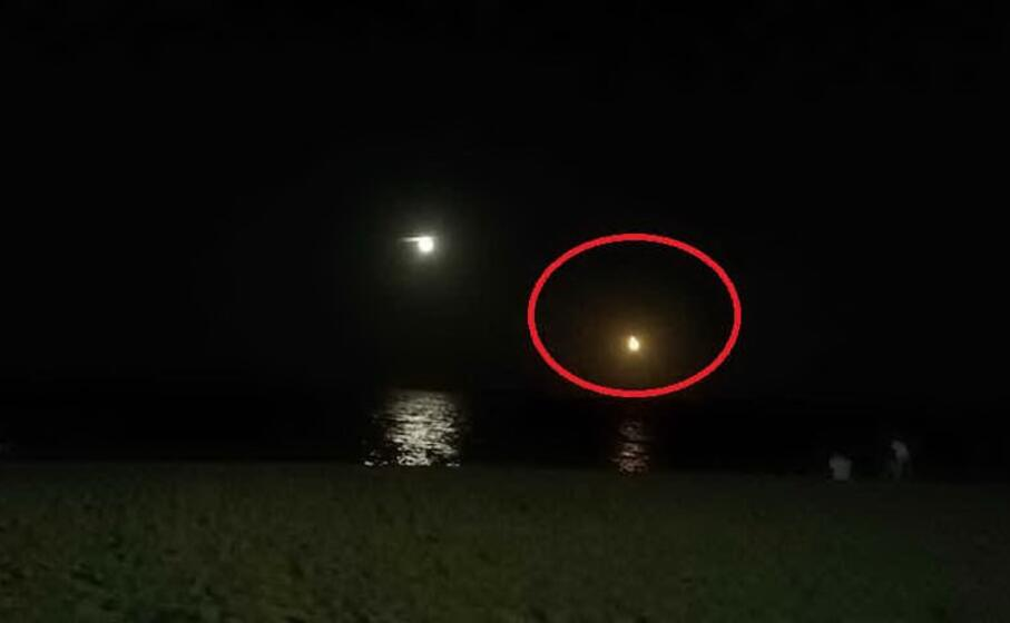 il meteorite che precipita in mare tra sardegna e spagna a sinistra la luna la foto stata scattata da un lettore matteo carati da blanes in catalogna