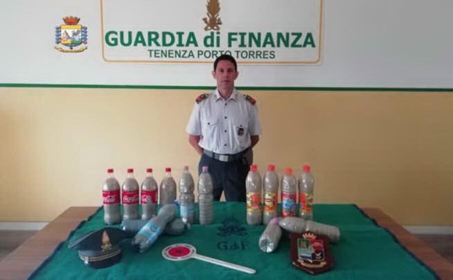 le bottiglie con la sabbia di chia (foto guardia di finanza)