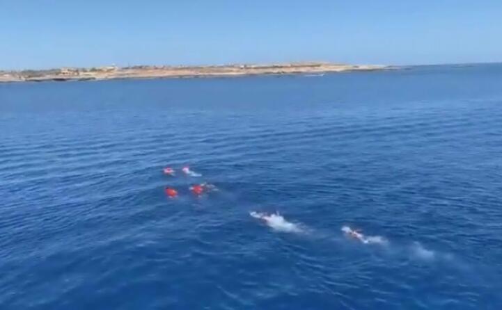 il tentativo di raggiungere lampedusa a nuoto