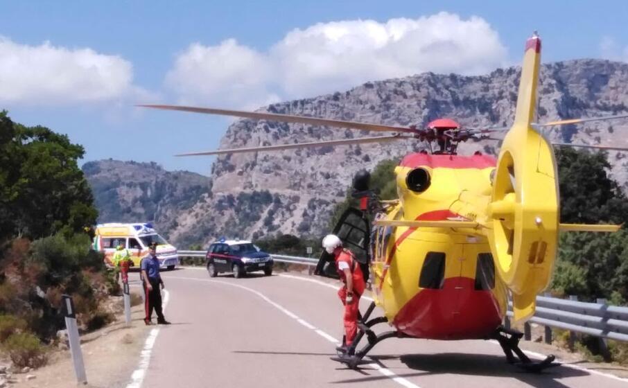 l elicottero di soccorso atterrato sulla statale