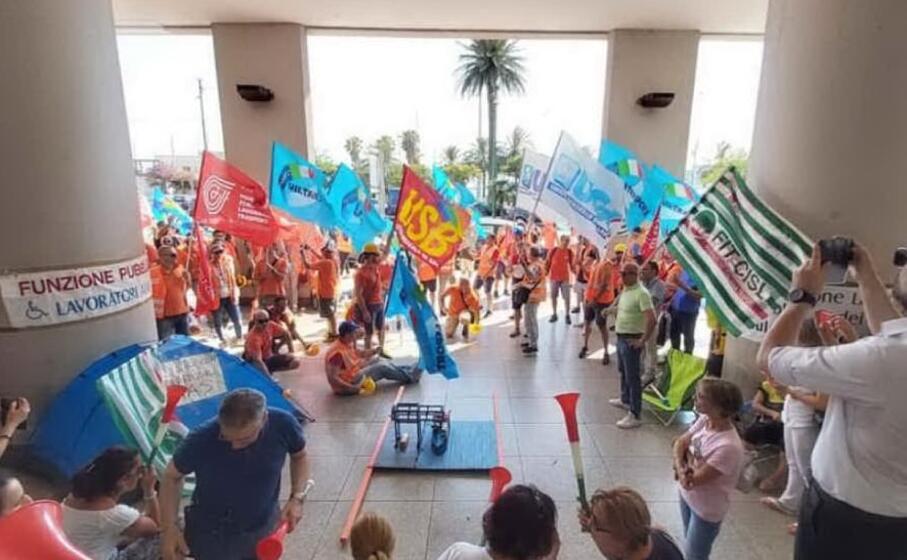 i lavoratori di porto canale i protesta (archivio l unione sarda foto mariano paba)