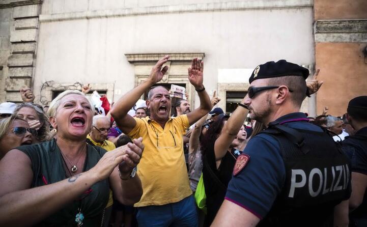 manifestanti fuori da palazzo madama