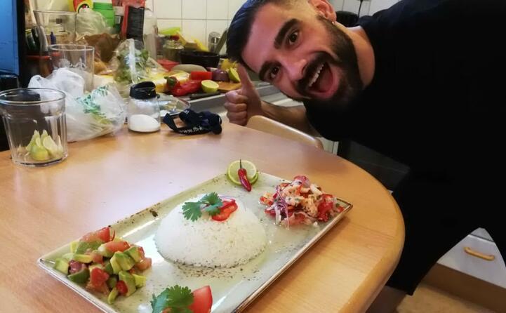 mauro da iglesias il suo menu ceviche di salmone e gamberi con riso al cocco