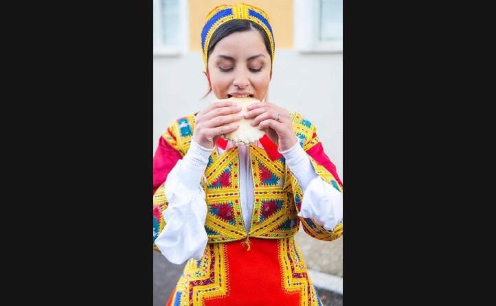 valentina secci mentre gusta una cicciudedda imbottita in abito tradizionale di desulo (foto instagram mattjamelis)