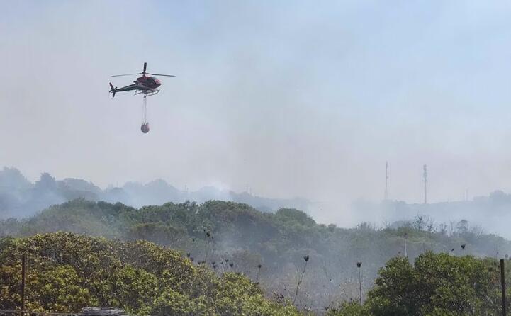 fiamme a carloforte intervengono tre elicotteri