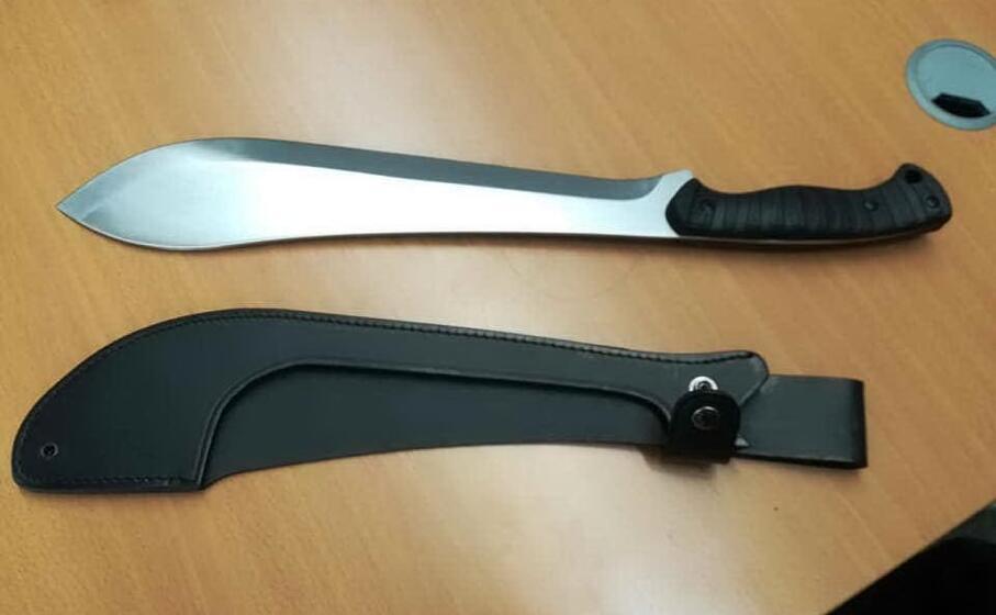 il machete sequestrato al 47enne (dal profilo facebook dell assessore alla sicurezza del comune di verona daniele polato)