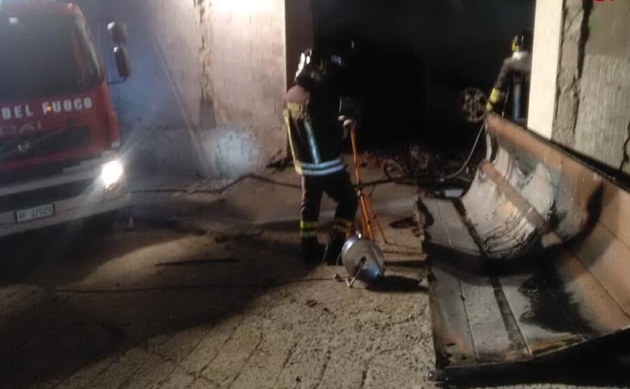 le operazioni di spegnimento del rogo (foto vigili del fuoco)