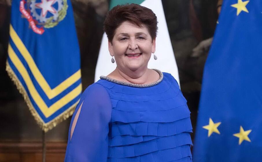 in blu il ministro delle politiche agricole teresa bellanova