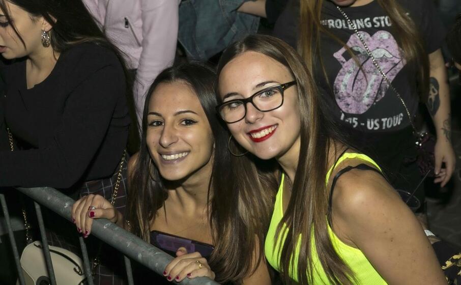 due ragazze alla serata conlcusiva del poetto on air (foto radiolina)