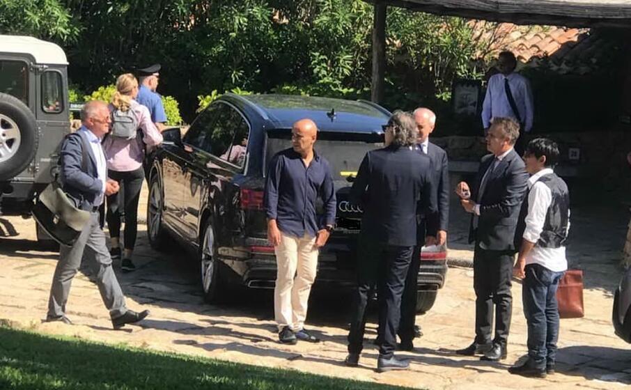 avvocati e inquirenti vicino alla villa di beppe grillo (foto antonio satta)