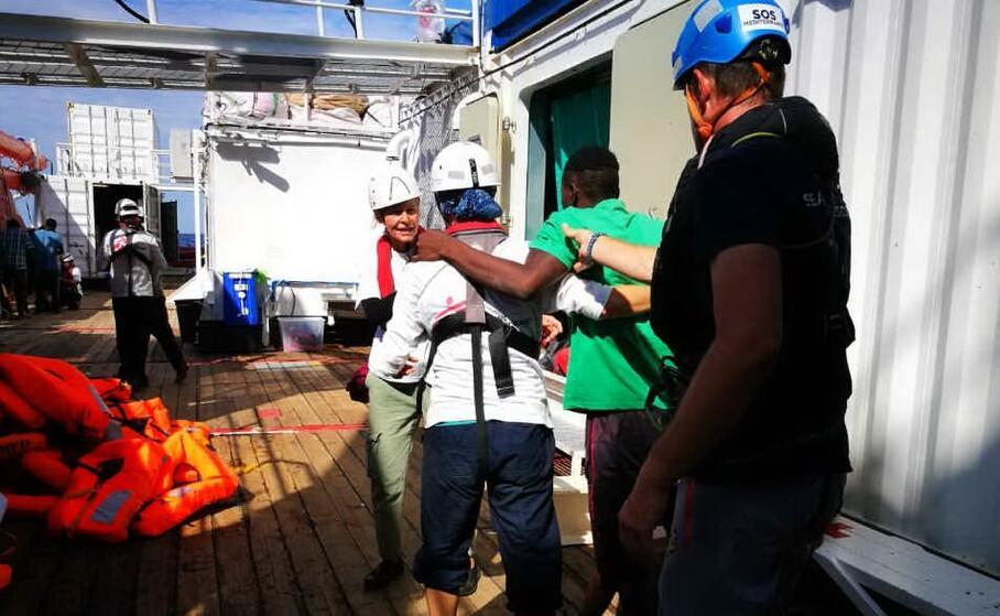 soccorritori a bordo della ocean viking (foto da twitter)