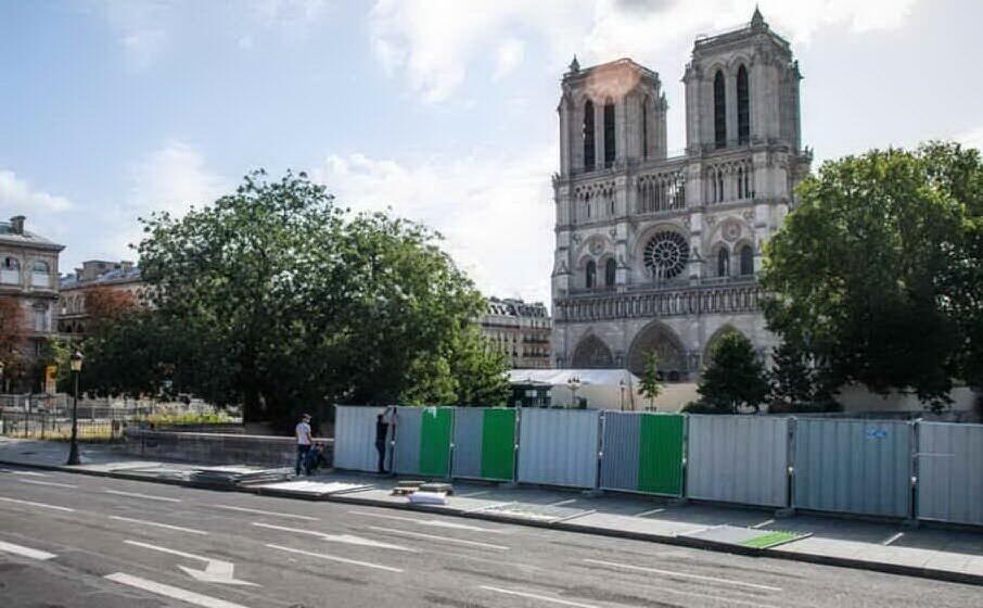 la cattedrale francese transennata (ansa)