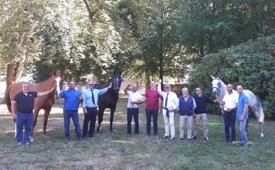 i tre cavalli sardi gli allevatori e i dirigenti agris (foto ufficio stampa)