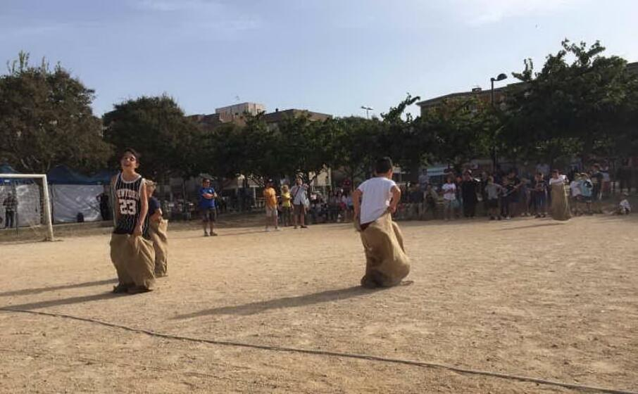 la corsa con i sacchi (foto l unione sarda pala)
