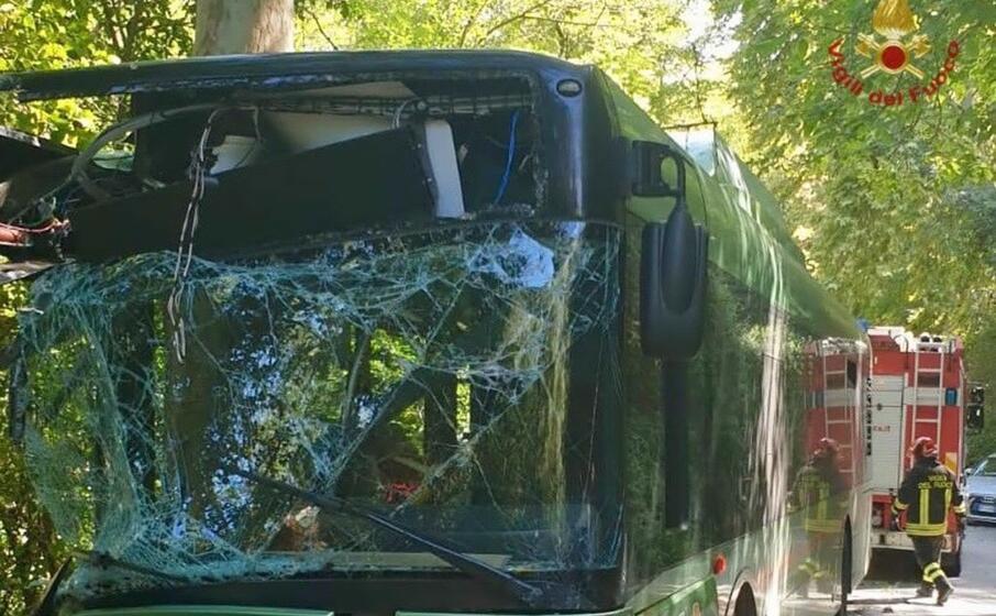 l autobus coinvolto nell incidente (ansa)