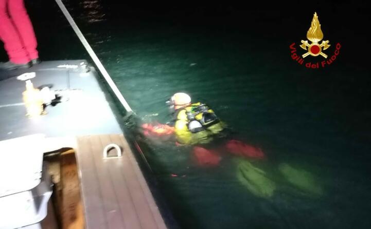 barca contro diga a venezia tre morti l intervento dei soccorritori (ansa)