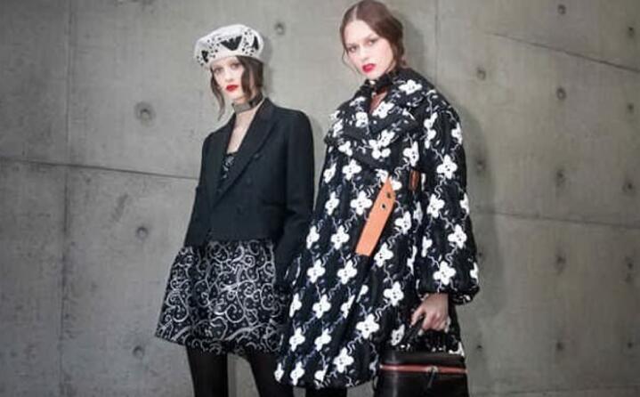 due modelle per giorgio armani (foto facebook fashion week)
