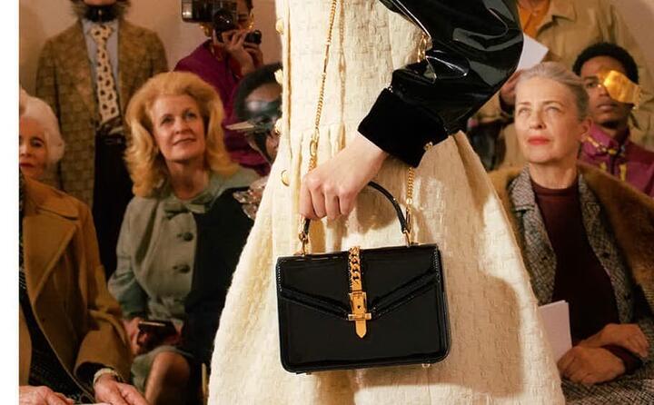 una borsa della collezione gucci tra lo stupore dei presenti (foto facebook gucci)