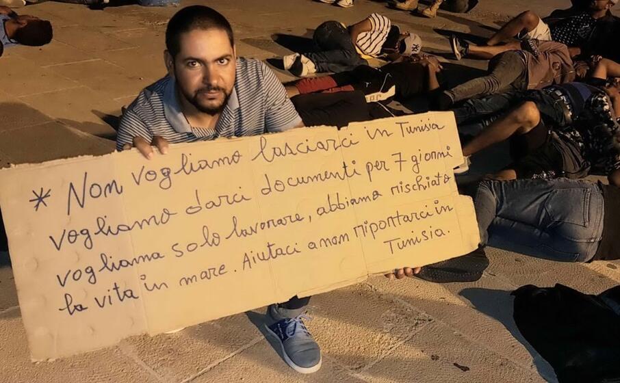 la protesta dei tunisini a lampedusa (ansa)