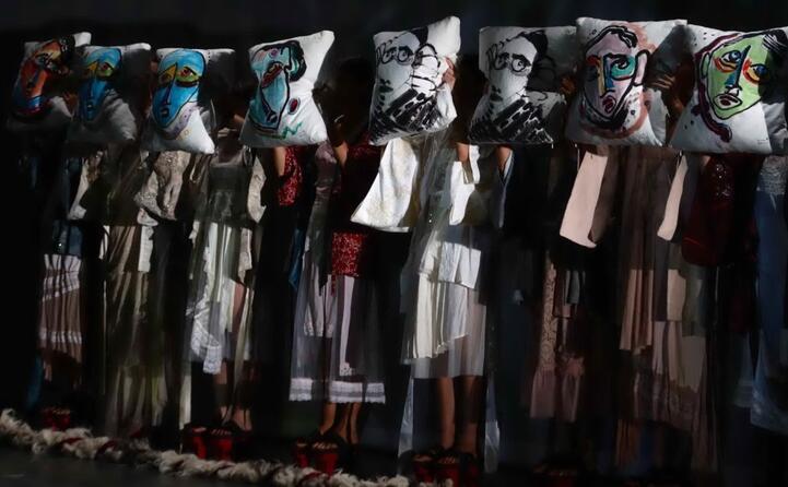 ad accompagnare la sfilata anche una performance teatrale (foto ansa)