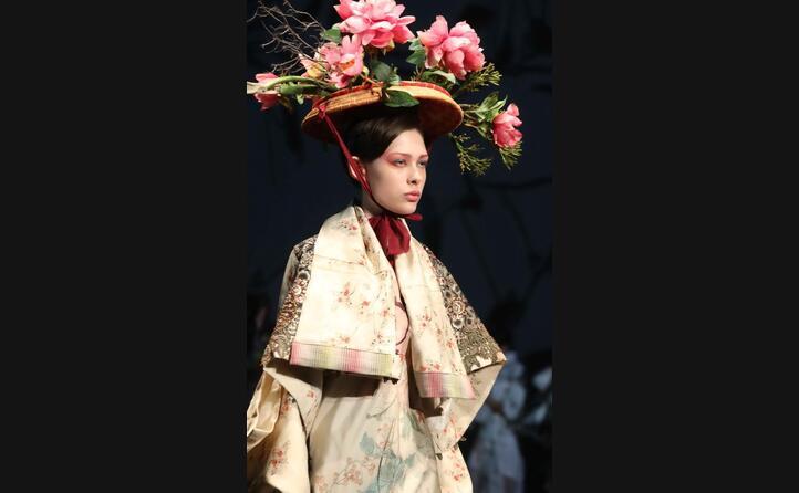 fiori nei capelli a impreziosire gli abiti