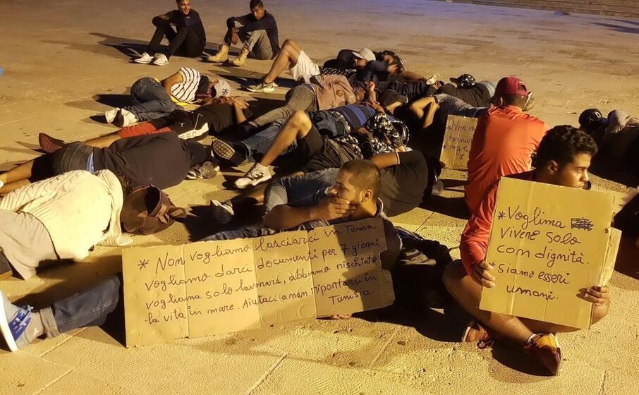 la protesta di un gruppo di migranti tunisini (ansa)