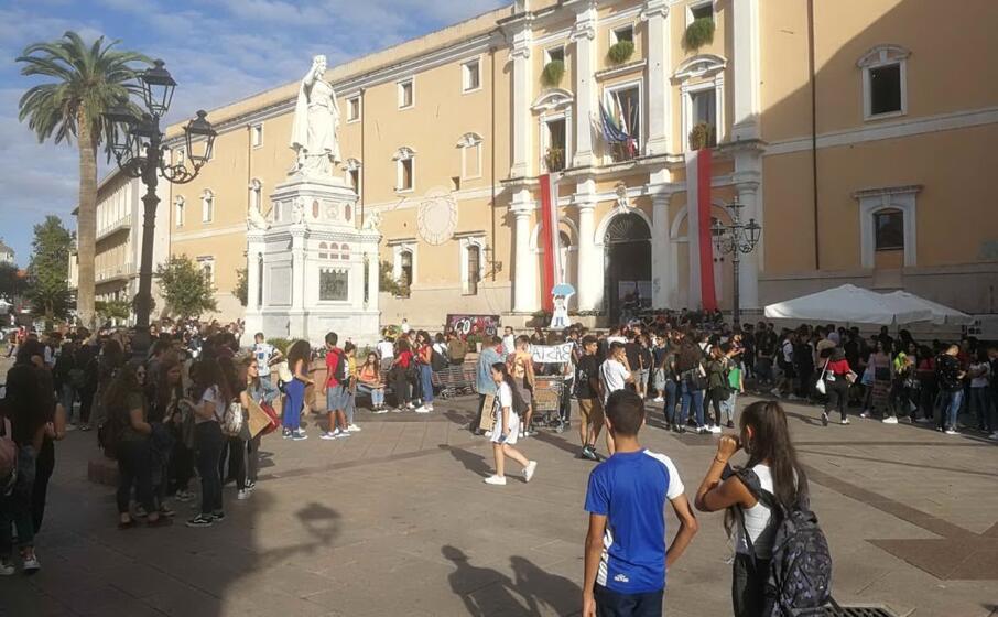 gli studenti in piazza eleonora (foto l unione sarda sanna)