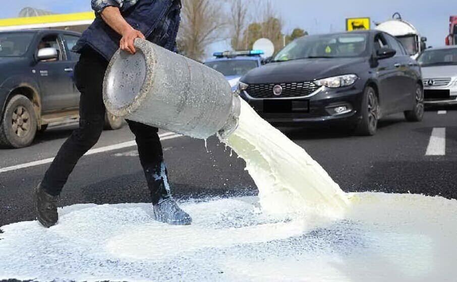 latte sversato durante la protesta dello scorso febbraio (archivio l unione sarda)