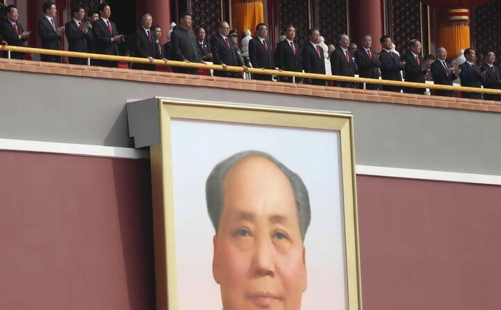 il palco delle autorit sopra al gigantesco ritratto di mao